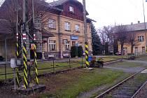 Cestující z osobních vlaků přestupují při výlukách do autobusů ve Střezimíři, z rychlíků už v Olbramovicích.
