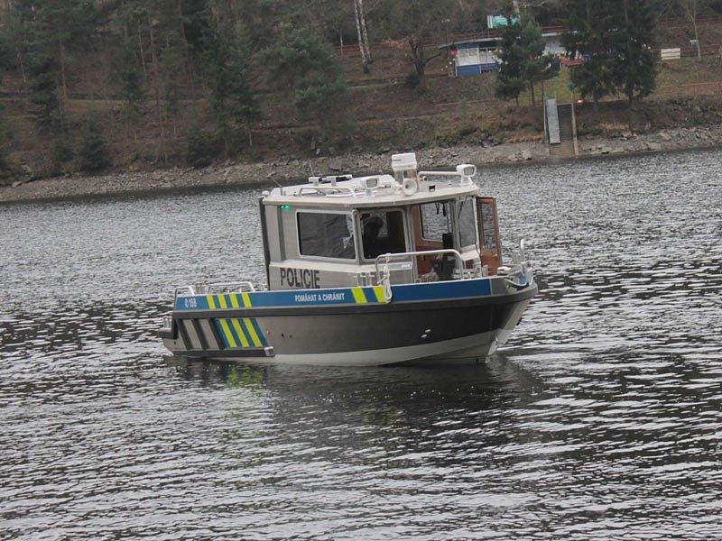 Policisté z Třebenického poříčního oddělení si na Slapech převzali nové čluny.