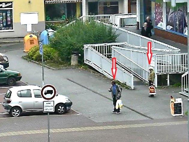Svědci nehody v Komenského ulici před OD Albert.