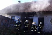 Požár domu v Tichonicích. Uvnitř hasiči objevili mrtvého muže.