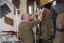 Příprava výstavy věnované konci druhé světové války.