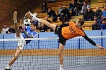 Souboj dvoumetrových smečařů Jakuba Pospíšila (Modřice) a Jiřího Doubravy (Šacung, v oranžovém) vyzněl na konci lépe pro jihomoravského hráče.