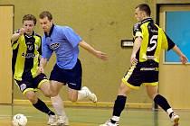 Miroslav Pavlík z Arsenalu (v modrém) se prosmýká mezi chotěbořskou dvojicí  Martin Somerauer a Tomáš Hromádka (č. 5)