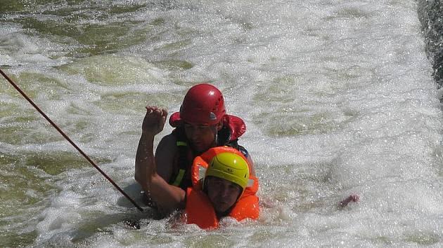 Benešovští hasiči a členové Vodácké školy záchrany předvedli různé způsoby záchrany topícího se vodáka pod jezem v Českém Šternberku.
