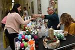 Z prodejní výstavy výrobků klientů zařízení sociálních služeb, především domovů pro seniory.