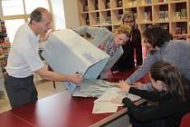 Při mimořádných poslaneckých   volbách vloni v polovině října bylo v Benešově na seznamu 13 237 voličů. Z nich jich dorazilo 62,23 procent. Při květnových volbách do evropského parlamentu jich přišlo 19,23 procent.