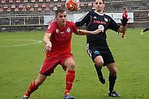 Jiří Kamarýt (v červeném) vstřelil druhý, rozhodující gól Votic proti Vestci.