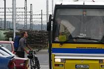 Pro náhradní přepravu je omezený počet autobusů.