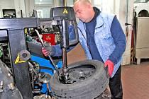 Martin Hruška, vedoucí benešovského pneuservisu BestDrive na dílně pomáhá zvládnout největší nápor zákazníků. Na snímku z doby před atakem čínského viru je samozřejmě bez roušky.