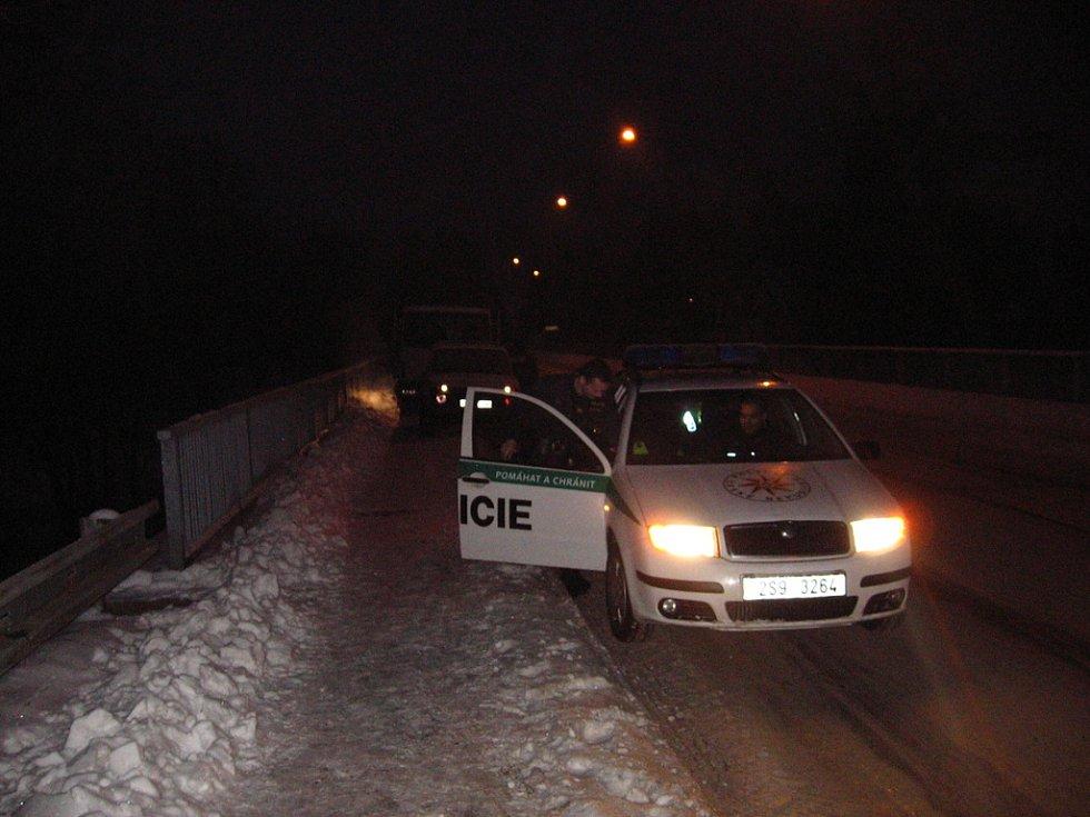Čerčany. 12. ledna 7.20, hlídka kontroluje počínání mužů u porouchaného nákladního auta na mostě přes Sázavu