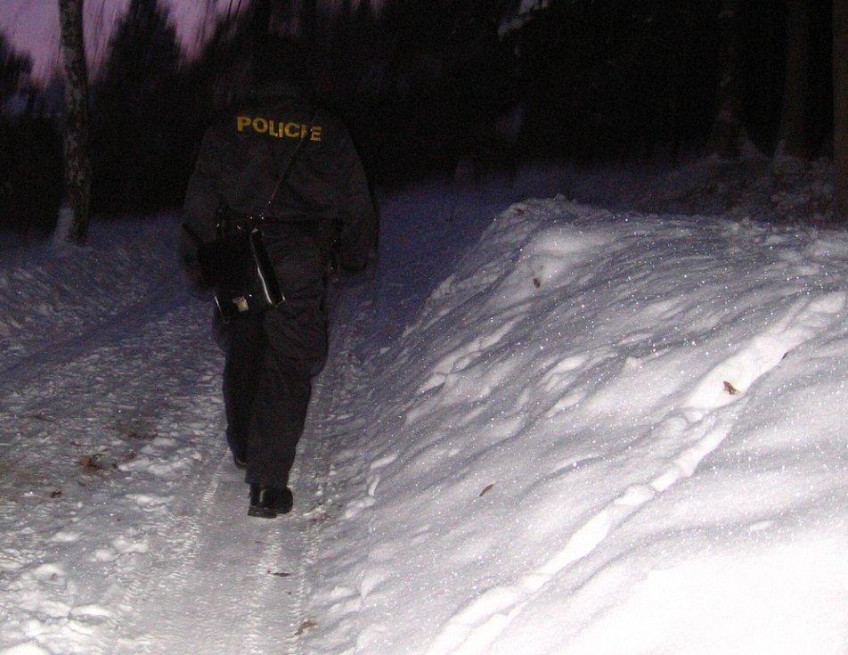 Zlenice. 12. ledna 7.30, policejní fabie zastavuje na začátku chatové osady a zahajuje obchůzku