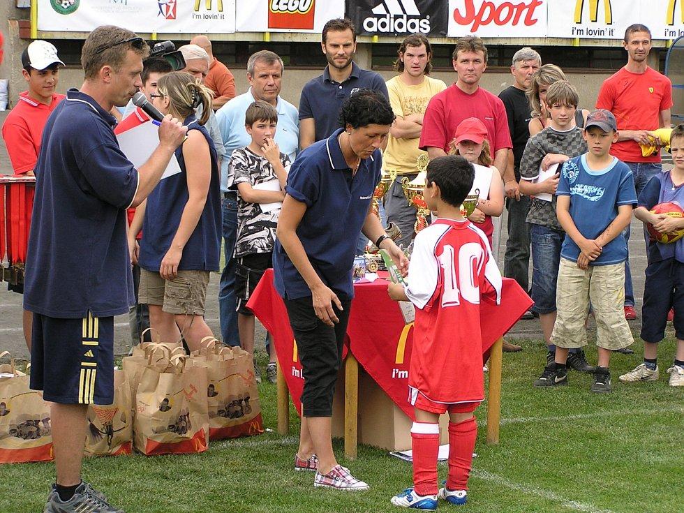 Učitel Jindřich Slunečko dostal tento rok ocenění Benešovský Ámos za svou činnost ve školství. Již pětadvacet let se věnuje dětem, vyučuje na prvním stupni v Benešově a účastní se mnoha sportovních akcí coby aktivní sportovec i pořadatel či moderátor.