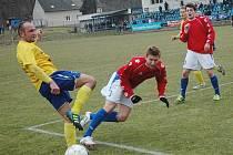 Benešov (na snímku Luboš Braný v souboji s domácím útočníkem) body ze hřiště Hořovicka nepřivezl.