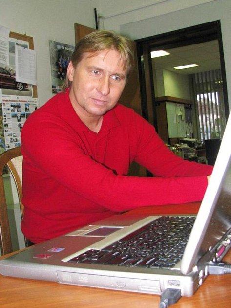 Horst Siegl v redakci Benešovského deníku při on-line rozhovoru