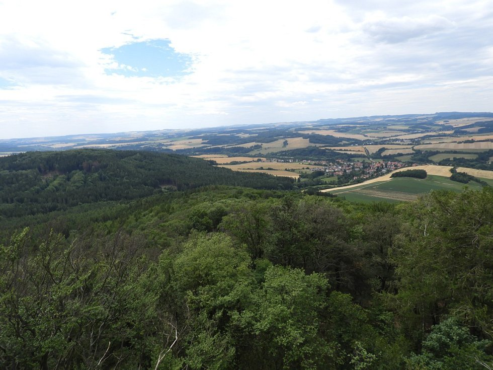 Pohled z rozhledny na vrchu Velký Blaník.