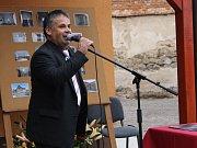 Slavnostního otevření pečovatelského domu ve Zvěstově se zúčastnili nejen místní, ale také hejtmanka Kraje.