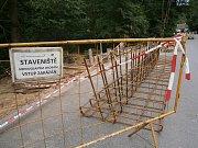 Silnice spojující Vlašim s Domašínem je stále uzavřená. Stavební práce jsou v plném proudu.