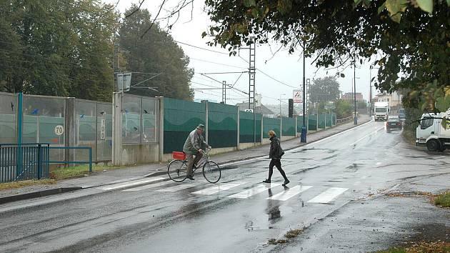 Přechod v Hodějovského ulici u podchodu pod železnicí.