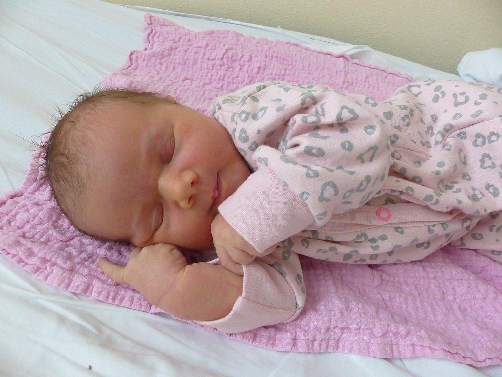 Johana Herzogová se narodila 16. dubna 2021 v kolínské porodnici, vážila 3940 g a měřila 50 cm. V Křečhoři ji přivítala sestřička Julie (2) a rodiče Barbora a Jan.