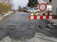 Uzavírka v Hulicích, kvůli které řidiči neprojedou do sousední obce Nesměřice na Kutnohorsku.