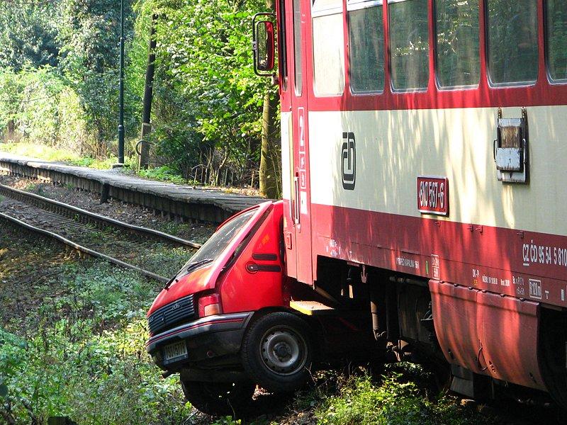 Srážka osobního auta a motorového vlaku  ve Zlenicích.