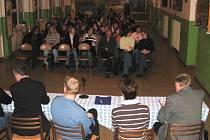 Pozvánka města na jednání o budoucnosti žákovského stravování přivedla do respiria Základní školy Komenského možná více, než sto lidí