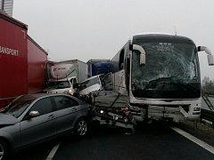 Hromadná nehoda na 51. kilometru dálnici D1 u Střechova zablokovala ráno v 7 hodin v pátek 23. prosince směr na Brno.