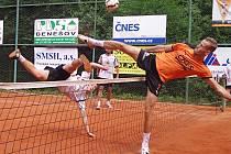 Blokař a smečař Šacungu Jiří Doubrava (v oranžovém) blokuje v semifinále Šacung Cupu tvrdý nártový útok českobrodského Jana Chalupy.