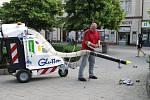 Nový elektrický komunální vysavač odpadků Glutton testovali dnes na Masarykově náměstí v Benešově.