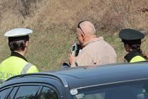 Rychlé jezdce stíhaly dálniční SuperB, VW Passat a Ford Mondeo. Nebezpečené předjíždění hlásila posádka vrtulníku a rychlost měřil také radar benešovské dopravní policie.