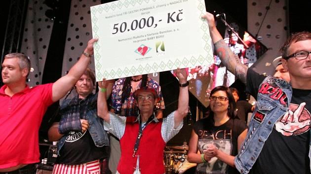 Šek na 50 tisíc korun předala hudební skupina Tři sestry zástupcům benešovské nemocnice.