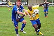 Nigerijec ve službách Benešova Stanley Ibe (ve žlutém) se snaží uniknout domažlickému Jiřímu Pirochovi.