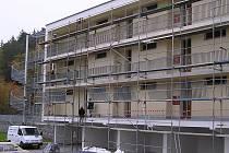 Na sídlišti nyní rachotí sbíječky, idyla nového perfektního bydlení je ta tam