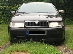 Odcizený automobil černé barvy má pražskou poznávací značku. Značně okázalé jsou na vozu zrcátka, která jsou v barevném provedení.