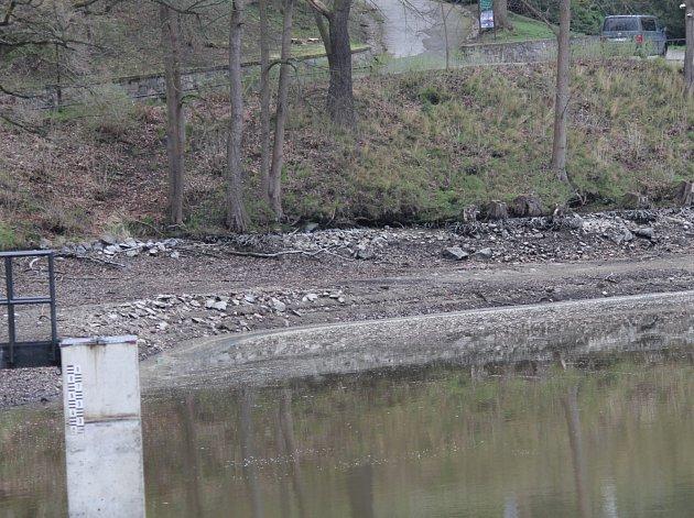Hráz Konopišťského rybníka čeká oprava. Při tom je vypuštěná voda a majitel nádrže díky tomu může sčítat ryby.