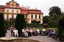 Senioři si udělali hezký výlet do jemnišťského zámku.
