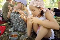Ve volné přírodě chutnalo táborníkům jídlo uvařené na otevřeném ohni dvojnásobně.