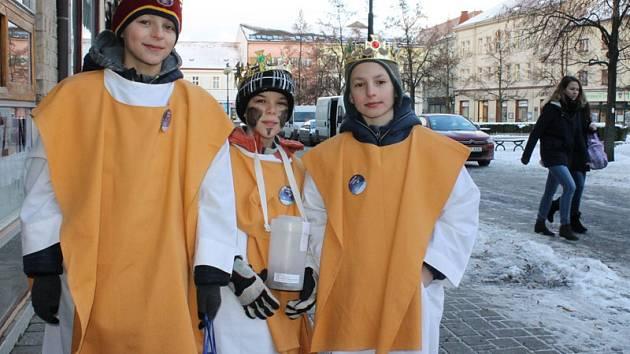 Skupinky koledníků v pátek 6. ledna odpoledne zahájily v Benešově Tříkrálovou sbírku pro farní charitu.