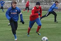 Ondřej Matějka (v modrém), vedl Votice proti bývalým spoluhráčům s kapitánskou páskou a ještě jim vstřelil dva góly.