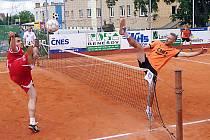 Ani jednu trojku nevyhrál Šacung v utkání s Karlovými Vary. Na snímku se blokař Šacungu Richard Makara snaží vykrýt útok karlovarského Jakuba Medka.