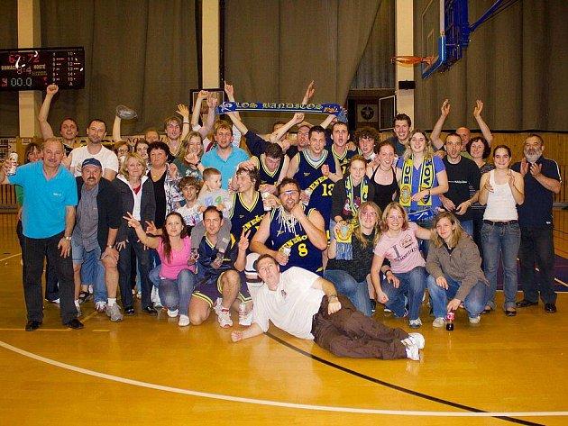 Radost basketbalistů a fanoušků béčka Benešova po třetím finálovém zápase, který je vynesl do II. ligy.