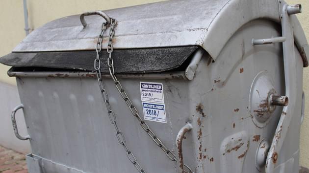 Na známky pro popelnice je možné vyvážet i třeba kontejner. Známky s označením kontejner totiž technické služby vylepují jen u nádob bytových družstev nebo pronajatých prostorách. Třeba jako je tomu u benešovského kina.