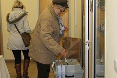 První den druhého kola prezidentských voleb ve Vlašimi, na úřadě.