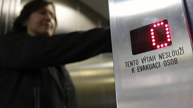 Výtahů má město Benešov ve svém držení téměř padesát. Každý rok vyměňuje šest až sedm zastaralých, až třicet let sloužících zdviží za nové, moderní. Mezi taková zařízení patří také výtah v poliklinice, sloužící především pacientům.