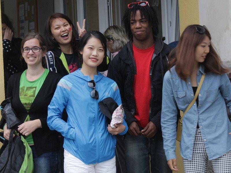 Zahraniční dobrovolníci při návštěvě miličínské mateřské školy.
