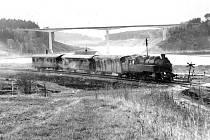 """Osobní vlak 19109 tažený lokomotivou 433.041 """"Bejček""""  před Dolním Kralovicemi 7. dubna 1974."""