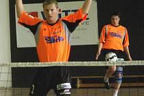 Jiří Holub cloní podání svého spoluhráče Františka Kalase. Oba hráči Šacungu dovedli své dva deblové zápasy v derby s Čelákovicemi k výhře.