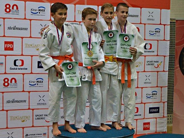 Matěj Benák (druhý zprava) vybojoval na Mistrovství České republiky mladších žáků v judu bronzovou medaili.