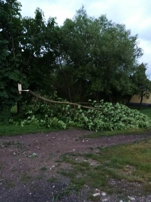 Následky bouřky v noci na čtvrtek 24. června v Posázaví.