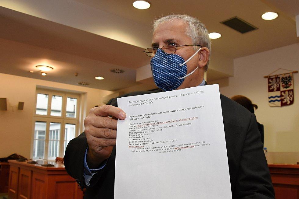 Krajský koordinátor očkování M. Polák ukazuje e-mailové potvrzení o termínu očkování.